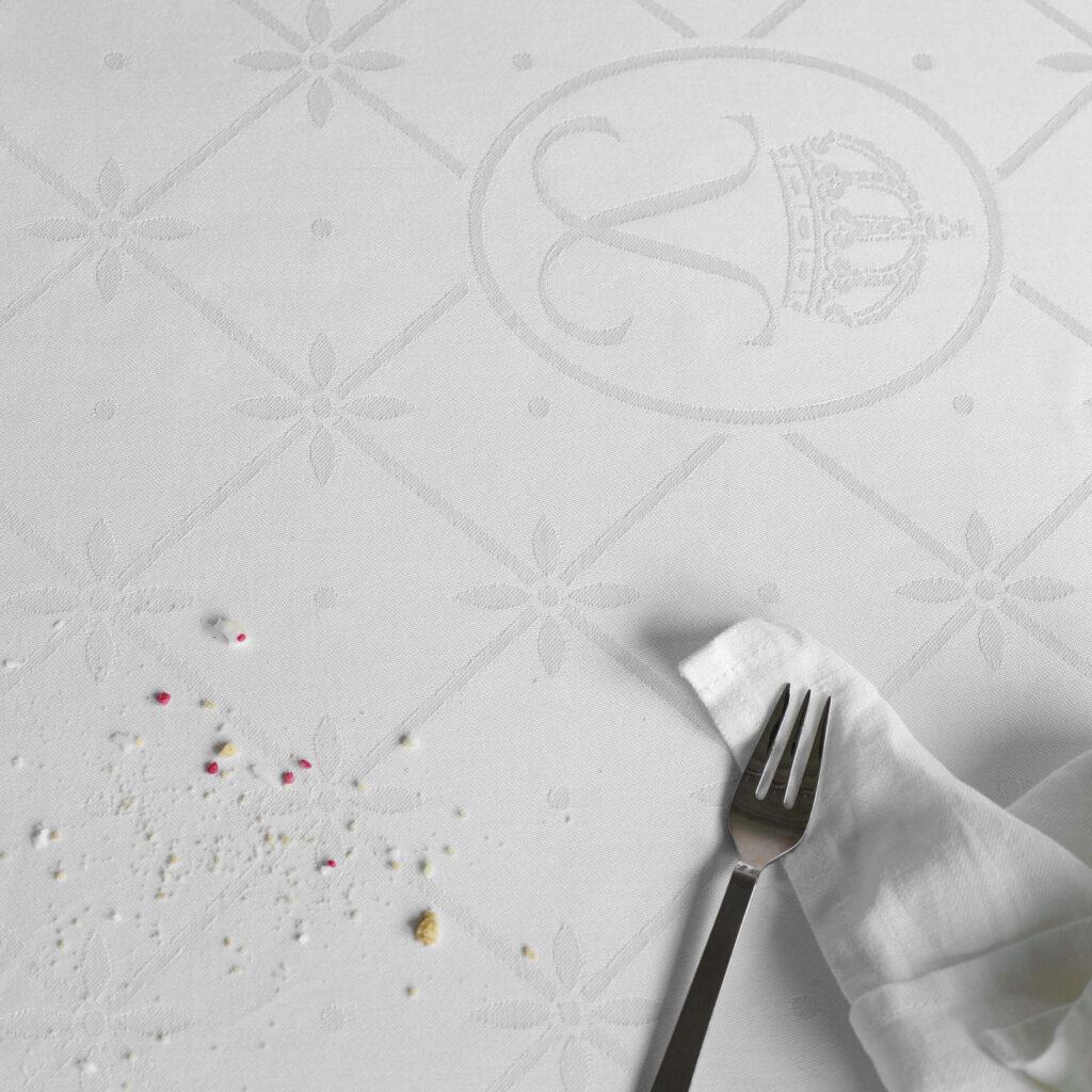 Påskegaver » QUEEN SILVIAS EASTER TABLECLOTH tablecloth hite i